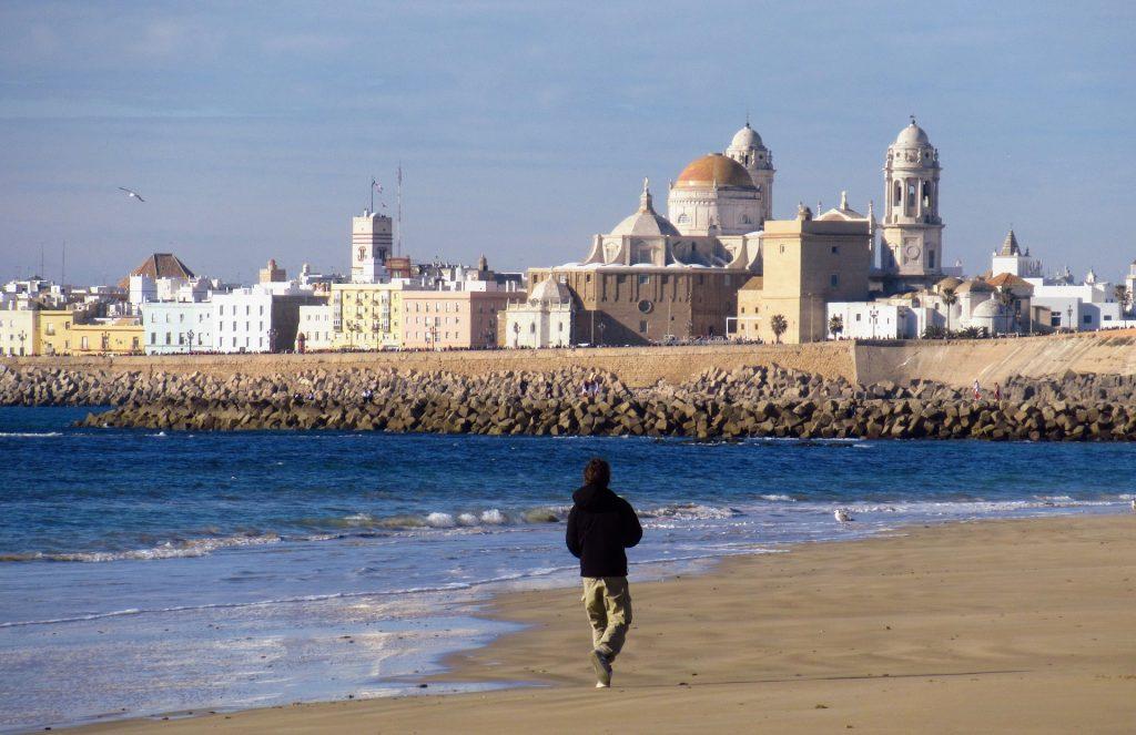 vista de Cádiz con la catedral al fondo y el campo del sur