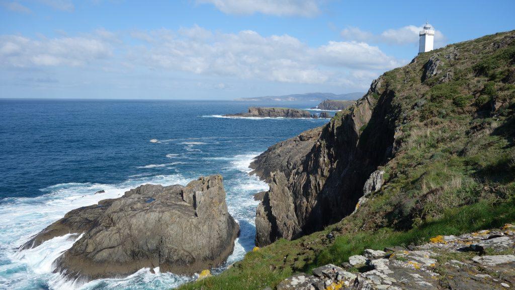 Costa de Dexo (Oleiros, A Coruña) con el Faro de Mera