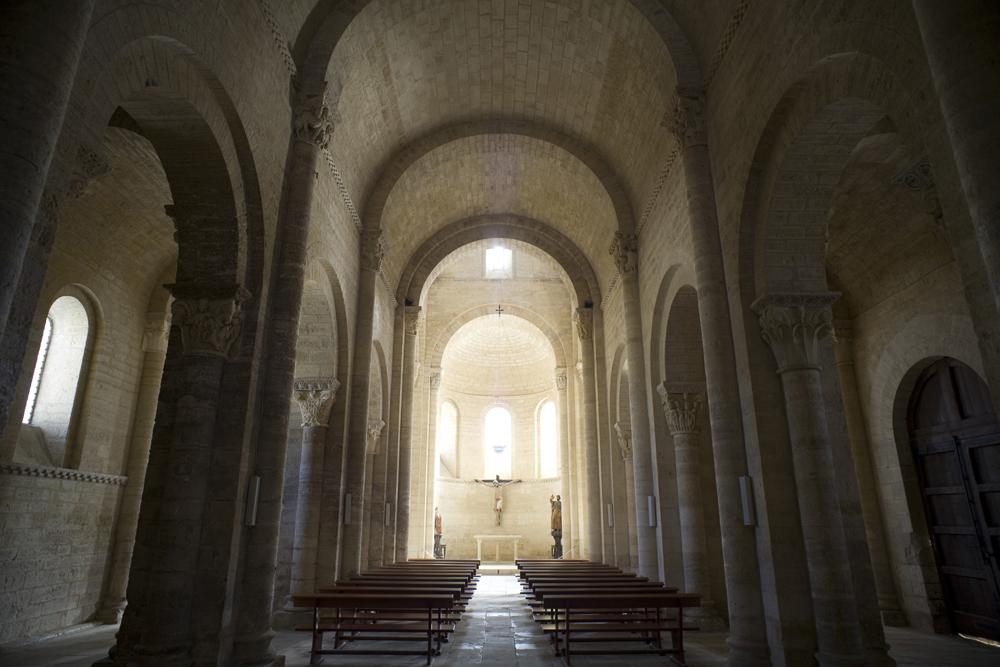 interiores de la iglesia de san martin de tours en fromista